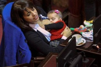[VIRAL PHOTO] Argentinian Legislator breastfeeding her daughter during a parliamentary session