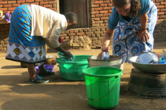 [PHOTO NEWS] Bill Gates' wife fetches water, washes dishes in Malawi