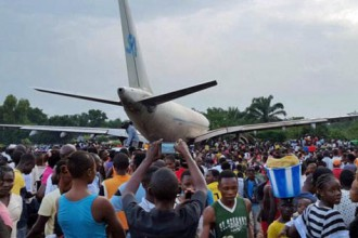 [VIDEO] Aeroplane crash lands killing many people in Congo DR