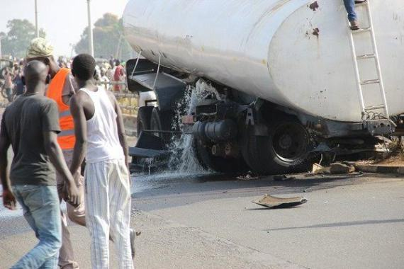 [PHOTO NEWS] Drunk Fuel tanker Driver ends up in a bridge in Niger State