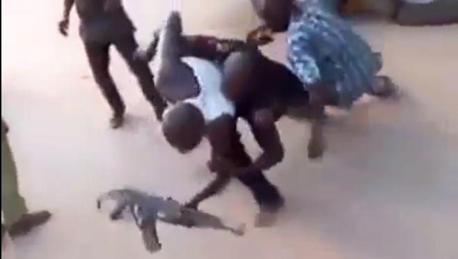 [VIDEO] Truck Drivers beat up Police Officer & takes his Gun