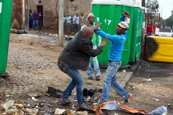 South Africa People watch while a man was stabbed to death (PHOTOS)