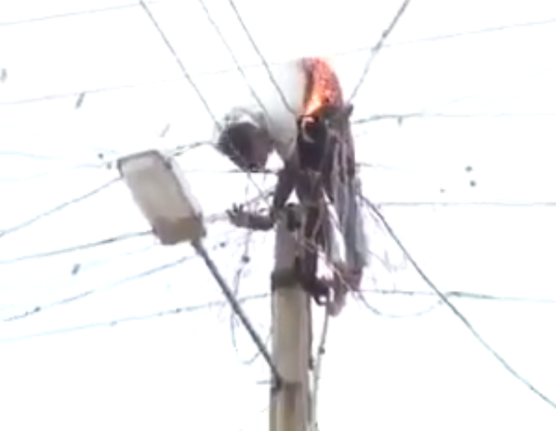 [VIDEO] Illegally Climbing of Electric Pole no Good o! See What happened to this man