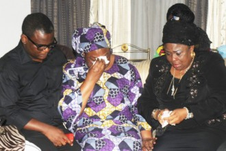[PHOTO NEWS]Patience Jonathan weeps during condolence visit at Alamieyeseigha's Home