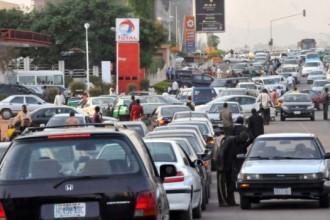 [FUEL SCARCITY] Petrol Now N400 Per Litre,Nigerians disappoint with Buhari and his Change Agenda