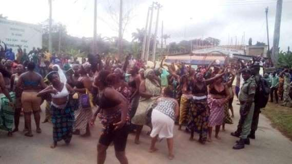 [#Demo in Nigeria] Female civil servants stage protests half naked