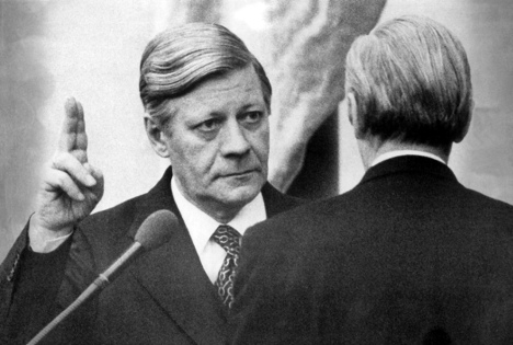 Helmut Schmidt is sworn in as Chancellor in 1976. Photo: DPA