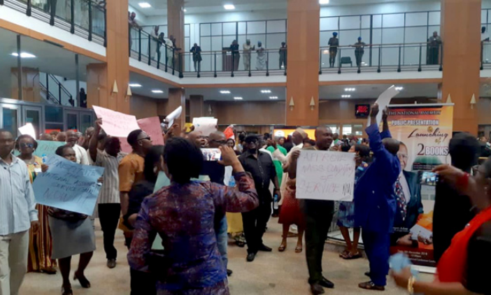National Assembly Workers shutdown NASS over NON PAYMENT of Salaries (VIDEO)
